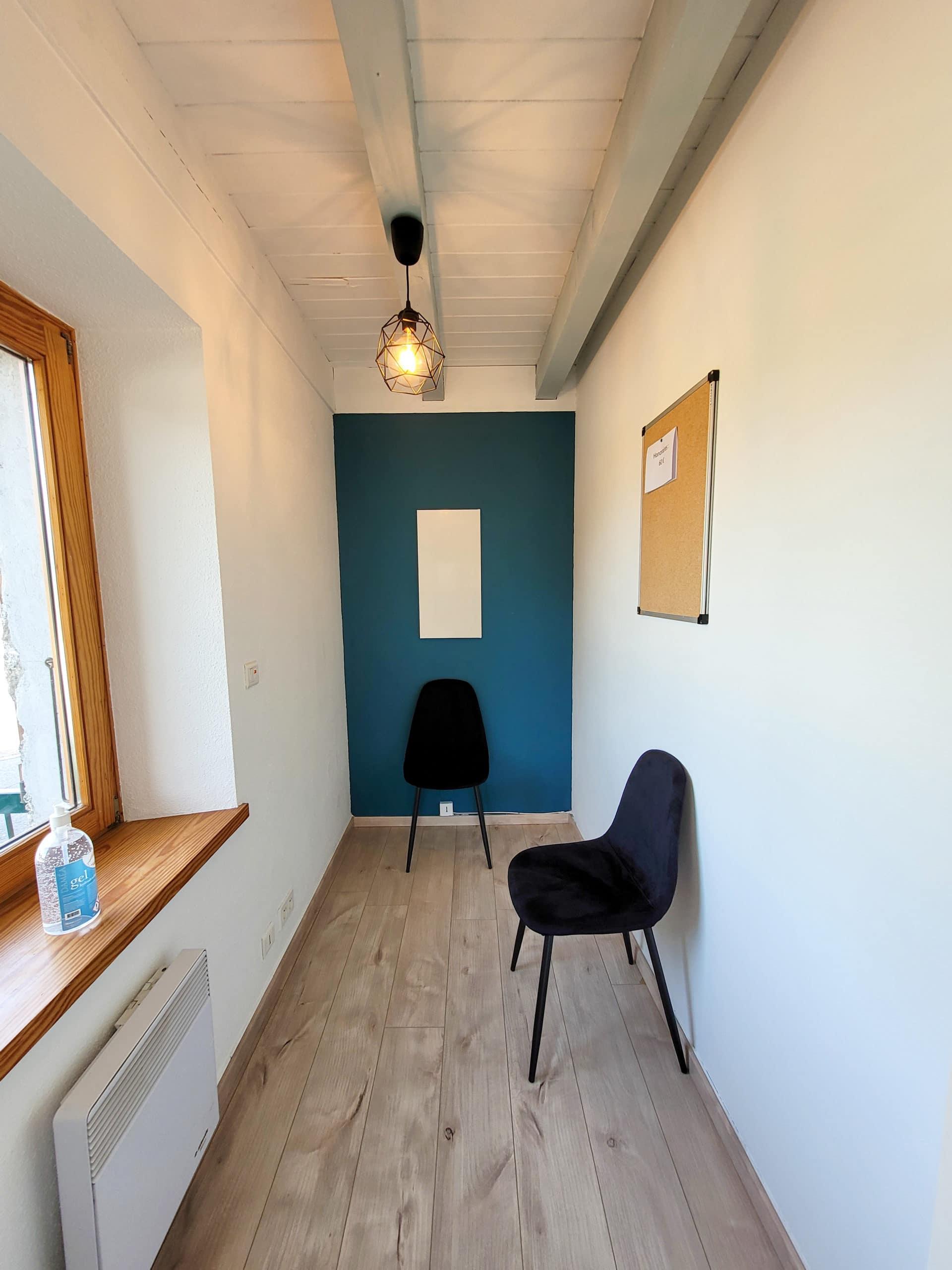Salle d'attente du cabinet d'ostéopathie de Chloé Pivert à Orcier
